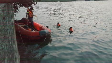 Đôi nam nữ tuổi teen ôm nhau chết dưới lòng hồ