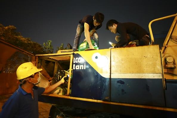 Cong nhan lam viec xuyen dem thao do tram thu phi ham Thu Thiem