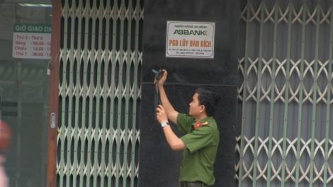 Hai thanh niên nghi dùng súng cướp ngân hàng ở Sài Gòn
