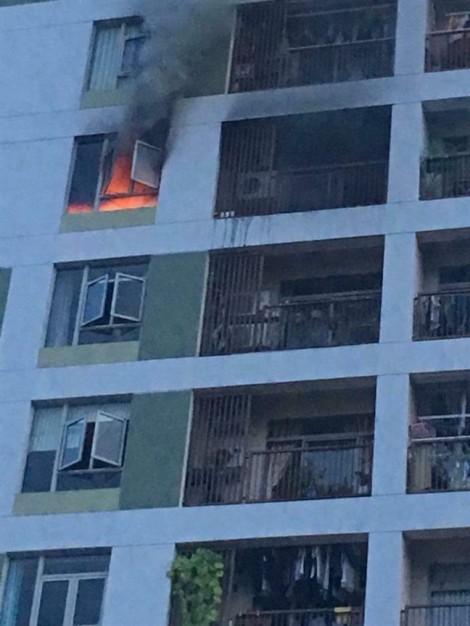 Căn hộ chung cư cháy ngùn ngụt, hàng trăm người tháo chạy