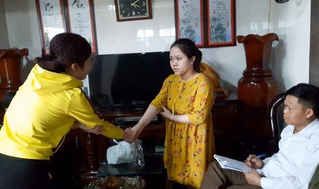 Phu huynh xin loi cong khai co giao thuc tap sau khi hanh hung, ep quy xin loi hoc sinh