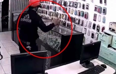 Quản lý thông đồng với bảo vệ dàn cảnh trộm hơn 100 điện thoại đắt tiền