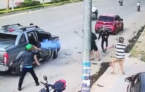 Hai nhóm thanh niên dùng súng, mã tấu hỗn chiến kinh hoàng trên phố