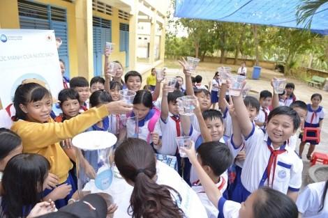 MC Phan Anh cùng Hội chữ thập đỏ Việt Nam tặng nước uống sạch cho trẻ em