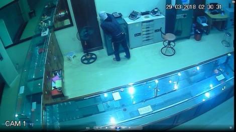 Video trộm đột nhập tiệm vàng 4 tầng, lấy trộm tài sản trị giá 700 triệu đồng