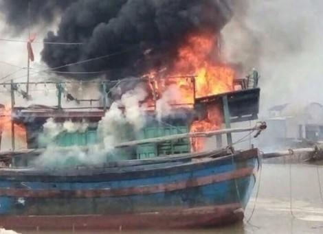 Bốn ngư dân thoát chết trên tàu cá  bốc cháy ngùn ngụt trên biển