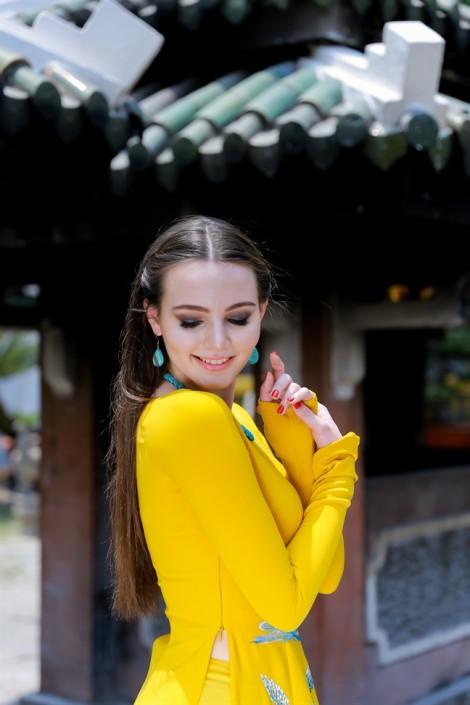 Hoa hậu nước Nga khoe vóc dáng thanh mảnh trong tà áo dài bên Hoàng Thu Thảo