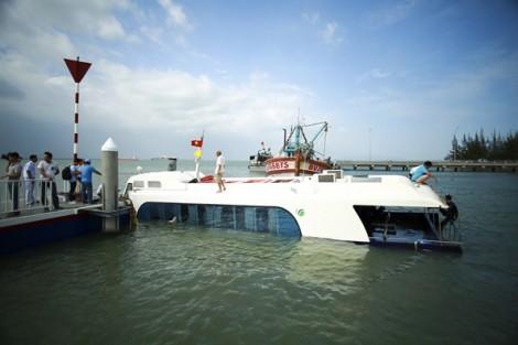 Trục vớt tàu cao tốc bị chìm ở biển Cần Giờ