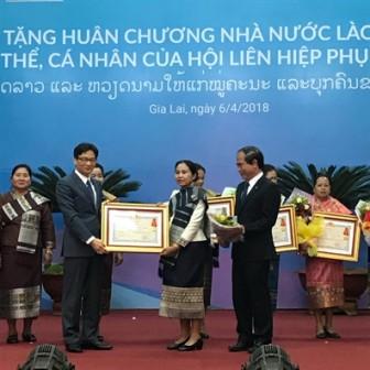 Trao tặng huân chương cho các tập thể, cá nhân Hội LHPN Việt Nam - Lào