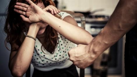 Chồng bạo hành, đau đớn người phụ nữ đối diện rất gần nhưng pháp luật lại ở quá xa