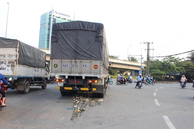 Nguoi phu nu chet tham khi bi xe tai 'hung than' cuon vao gam o nga tu 'tu than'