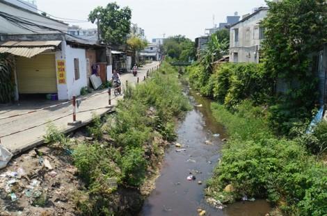 Rác 'bức tử' kênh Hy Vọng, sân bay Tân Sơn Nhất đối diện nguy cơ ngập úng vào mùa mưa
