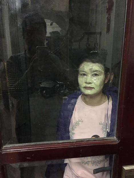 Người đàn bà có sở thích đắp mặt nạ đi 'tám' khắp nơi