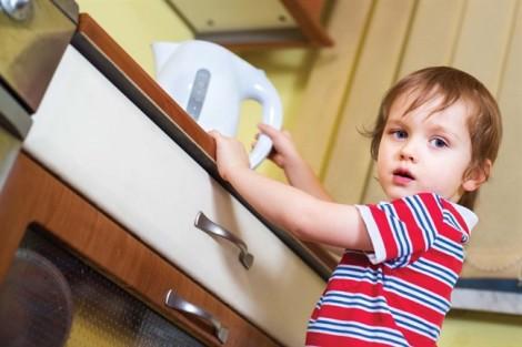 Ở nhà một mình, trẻ dễ gặp tai nạn