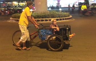 Cụ bà 80 tuổi đi nhặt ve chai xuyên đêm để nuôi con trai tâm thần cùng cháu ngoại