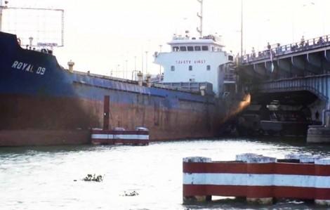 Cầu Đồng Nai kẹt cứng vì tàu hàng đứt neo mắc kẹt dưới gầm