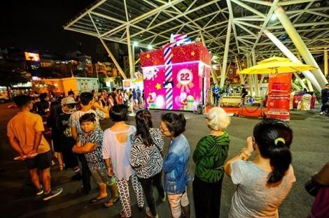 Hộp quà khổng lồ thu hút hàng ngàn người tò mò ở Sài Gòn