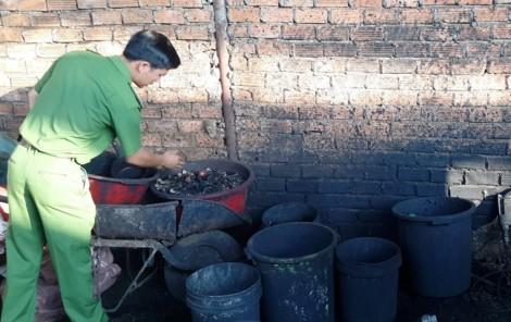 Dùng bột pin để nhuộm đen cà phê kém chất lượng trước khi bán