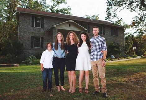 Bà mẹ độc thân có 4 con tự xây nhà theo hướng dẫn trên YouTube