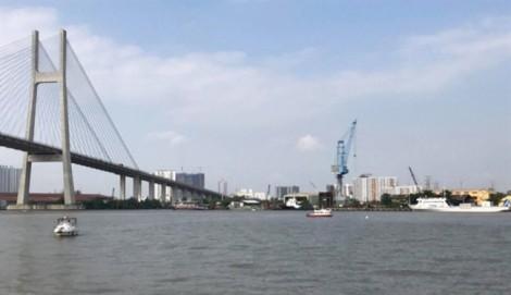 Sà lan đâm nhau trên sông Sài Gòn, 3 người nhảy sông thoát nạn