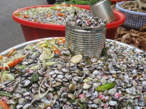 Ốc gạo được mùa thơm nồng chợ Bà Hoa, Sài Gòn