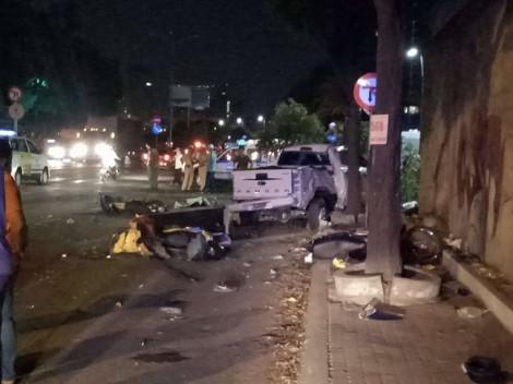 Xe bán tải tông loạt xe máy, người nằm la liệt giữa đường trung tâm Sài Gòn