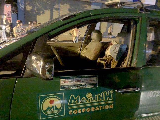 Nhom thanh nien chan xe taxi de 'thanh toan' hanh khach