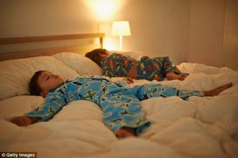 Tại sao khi trẻ ngủ phải tắt hết đèn?