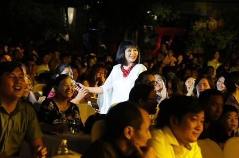 Gần 100 ca sĩ trẻ thử sức với nhạc truyền thống trên đường đi bộ Nguyễn Huệ