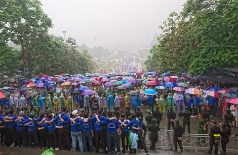 Thủ tướng Nguyễn Xuân Phúc và hàng chục nghìn người dâng hương đền Hùng trong mưa