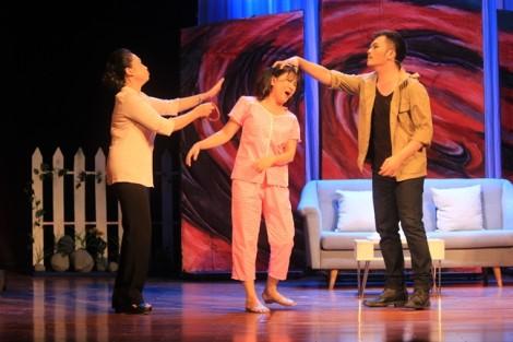 'Tiếng giày đêm' thắng lớn tại Liên hoan Sân khấu