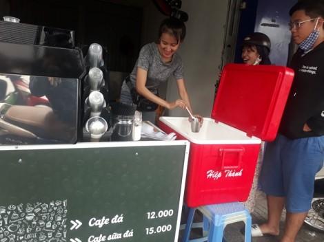 Chi trăm triệu đồng sắm máy cà phê rang xay ra bán vỉa hè