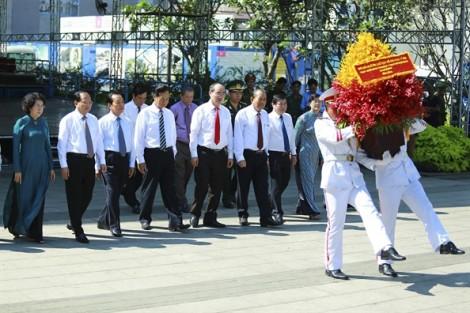 Lãnh đạo TP.HCM dâng hương tượng đài Chủ tịch Hồ Chí Minh và Nghĩa trang liệt sĩ