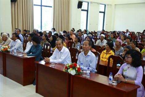 Phó thủ tướng Trương Hòa Bình tặng 110 phần quà cho đồng bào Chăm