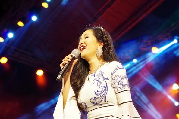 Hon 20.000 khan gia Hue doi mua nghe nhac Trinh
