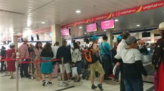 Ngày thứ hai của kỳ nghỉ lễ, sân bay Tân Sơn Nhất vẫn đông nghẹt người