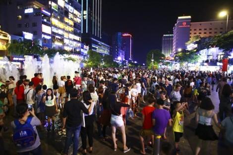 Trung tâm Sài Gòn rợp người chờ xem pháo hoa