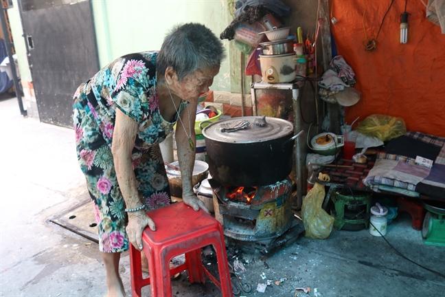 Cu ba 91 tuoi lam banh nuoi hai con trong canh song khong nha