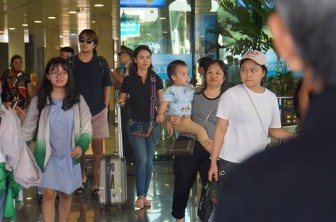 Xếp hàng mệt mỏi ở sân bay Tân Sơn Nhất tìm taxi về nhà sau kỳ nghỉ lễ