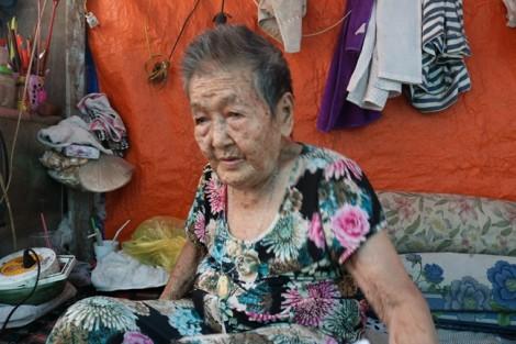 Cụ bà 91 tuổi làm bánh nuôi hai con trong cảnh sống không nhà