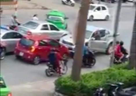 Tạm giữ tài xế ôtô cán chết cụ bà khi lùi xe trên đường ngược chiều