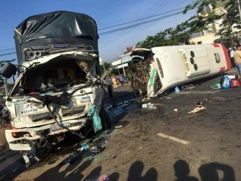 Xe khách và xe tải tông nhau kinh hoàng khiến 1 người chết, 9 người bị thương