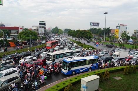 Hàng vạn phương tiện 'đứng bánh' ở cửa ngõ Sài Gòn ngày đầu đi làm sau nghỉ lễ