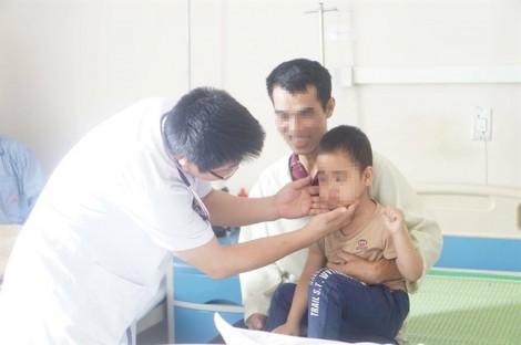 Bé 5 tuổi ở Sơn La mọc râu sau khi tiêm thuốc... trị ho