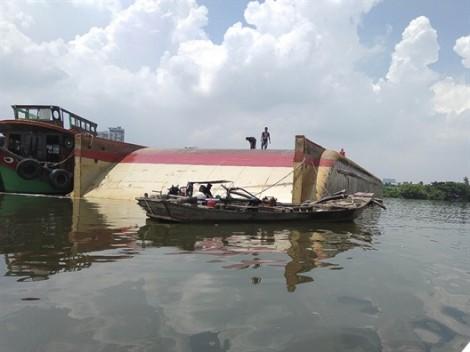Tiến hành trục vớt sà lan bị lập úp trên sông Sài Gòn