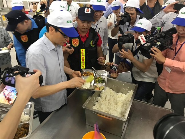 Pho Thu tuong Vu Duc Dam xep hang nhan com trua cung an voi cong nhan