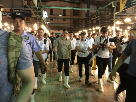 Phó Thủ tướng Vũ Đức Đam thị sát chợ đầu mối Bình Điền giữa khuya