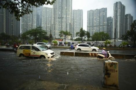 Mưa đầu mùa, nước ngập sâu ở nhiều tuyến đường TP.HCM