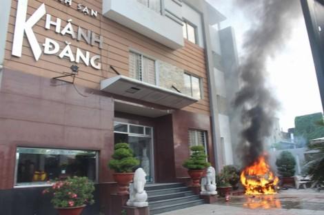 Ô tô phát nổ kinh hoàng trước khách sạn, hàng chục người hoảng loạn tháo chạy