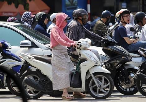 Hà Nội nóng như đổ lửa, Sài Gòn mưa 'không kịp vuốt mặt' làm ngập nhiều tuyến đường